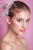 красивейший портрет невесты Портрет красивой женщины в изображении невесты с пером украшения в ее волосах изображение Стоковое фото RF