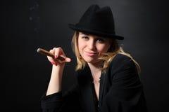 красивейший портрет шлема девушки сигары стоковая фотография rf