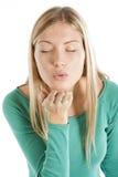 красивейший поцелуй девушки посылает стоковое изображение rf