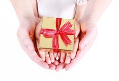 красивейший подарок коробки вручает удерживание Стоковые Изображения RF