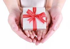красивейший подарок коробки вручает удерживание Стоковая Фотография RF