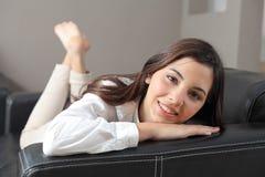 Красивейший подросток лежа на кресле на дому Стоковое Изображение