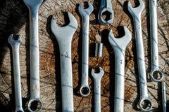 красивейший ремонт горы bike ремонтируя ся женщину Инструменты для ремонтировать велосипед на деревянной предпосылке конец вверх Стоковая Фотография RF