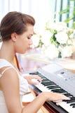 красивейший рояль играя детенышей женщины Стоковое Изображение