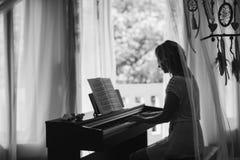 красивейший рояль играя женщину черная белизна Стоковые Изображения RF