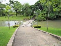 красивейший сад Зеленая лужайка в благоустраиванном официально саде Парк ar Стоковые Изображения