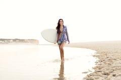 красивейший серфер девушки Стоковые Изображения RF