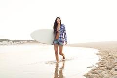 красивейший серфер девушки Стоковые Фотографии RF