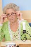 красивейший старший повелительницы удерживания книги Стоковые Фото