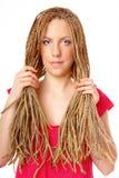 красивейший стиль причёсок волос девушки держа много косичек Стоковое Фото