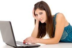 Красивейший студент девушки работая на интернете Стоковая Фотография RF