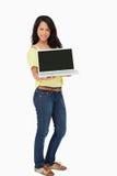 Красивейший студент женщины показывая экран компьтер-книжки Стоковые Фотографии RF