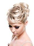 красивейший творческий стиль причёсок стоковые фото