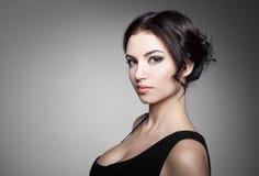 красивейший тип состава волос девушки способа брюнет Стоковое Изображение