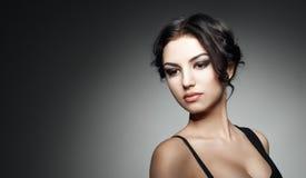 красивейший тип состава волос девушки способа брюнет Стоковое Фото