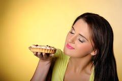 красивейший торт есть детенышей девушки малых сладостных Стоковое Фото