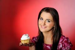 красивейший торт есть детенышей девушки малых сладостных Стоковые Изображения RF