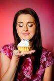 красивейший торт есть детенышей девушки малых сладостных Стоковые Фото