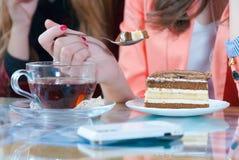 красивейший торт есть детенышей женщины мобильного телефона Стоковое Изображение