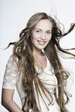 красивейший усмехаться волос девушки длиной чудесный Стоковая Фотография RF