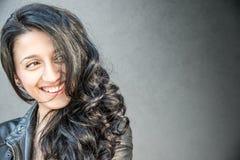 красивейший усмехаться девушки брюнет Стоковое фото RF
