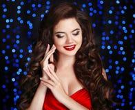 красивейший усмехаться девушки состав hairstyle Счастливое брюнет с r Стоковое Изображение RF