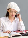 Красивейшая девушка студента нося берет. стоковая фотография