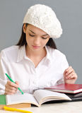 Красивейшая девушка студента нося берет. Стоковое Изображение