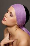 красивейший фиолет шарфа брюнет Стоковые Изображения