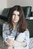 красивейший чай девушки чашки Стоковые Фотографии RF