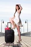 Красивейший чемодан зачаливания моря девушки женщины на пристани стоковое изображение