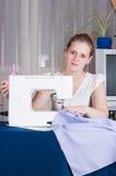 красивейший шить девушки Стоковые Изображения RF