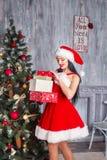 красивейший claus одевает носить santa девушки сексуальный Усмехаясь женщина с большим и малым подарком Женщины на платье и шляпе Стоковые Фото