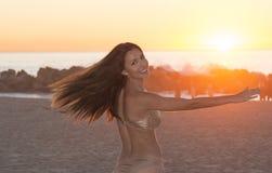 Красивейший latina на пляже Стоковая Фотография