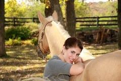 красивейший palomino лошади девушки стоковые изображения rf