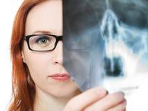 Красивейший red-haired женский доктор стоковые фотографии rf