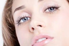 красивейшими близкими женщина придавать правильную формуая глазами Стоковые Изображения RF