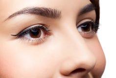 красивейшими близкими женщина придавать правильную формуая глазами стоковые фотографии rf