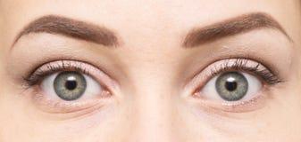 красивейшими близкими женщина придавать правильную формуая глазами стоковое изображение rf