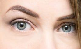 красивейшими близкими женщина придавать правильную формуая глазами стоковая фотография