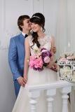 красивейшими изолированная парами белизна портрета венчание заказа части платья Аксессуары свадьбы Стоковая Фотография