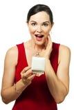 красивейшим женщина удерживания коробки удивленная jewelery Стоковое Фото