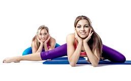 Женщины делая протягивающ тренировку Стоковые Изображения