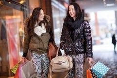 2 женщины вне ходя по магазинам Стоковые Фото
