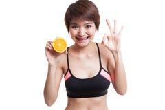 Красивое азиатское здоровое О'КЕЙ выставки девушки с оранжевым плодоовощ Стоковая Фотография RF