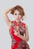 Красивое азиатское модельное нося Cheongsam Стоковые Изображения