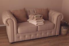Красивое бежевое chesterfild софы ткани в интерьерах стоковые изображения rf