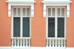 Красивое белое окно на оранжевой стене старого здания стоковая фотография rf