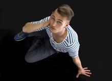 Красивое белокурое усаживание молодого человека, съемка сверху Стоковое фото RF