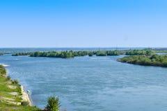 Красивое большое река Olt с зелеными островами в ярком солнечном летнем дне стоковые фотографии rf